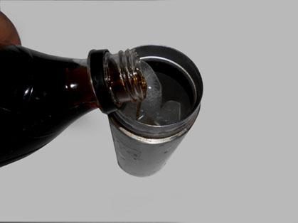 アップ用  コーラを水筒に注ぎ入れる.jpg