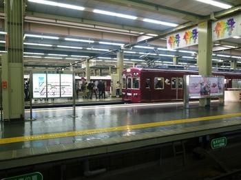 ホームに入る電車.jpg